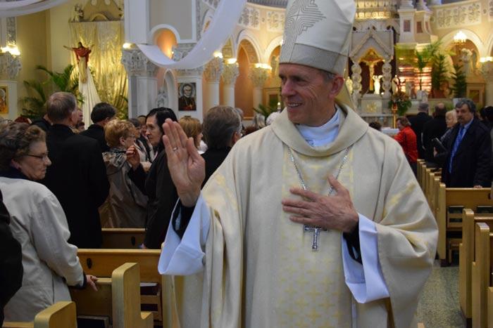 Sutvirtinimo sakramenta suteike vyskupas Eugenijus Bartulis